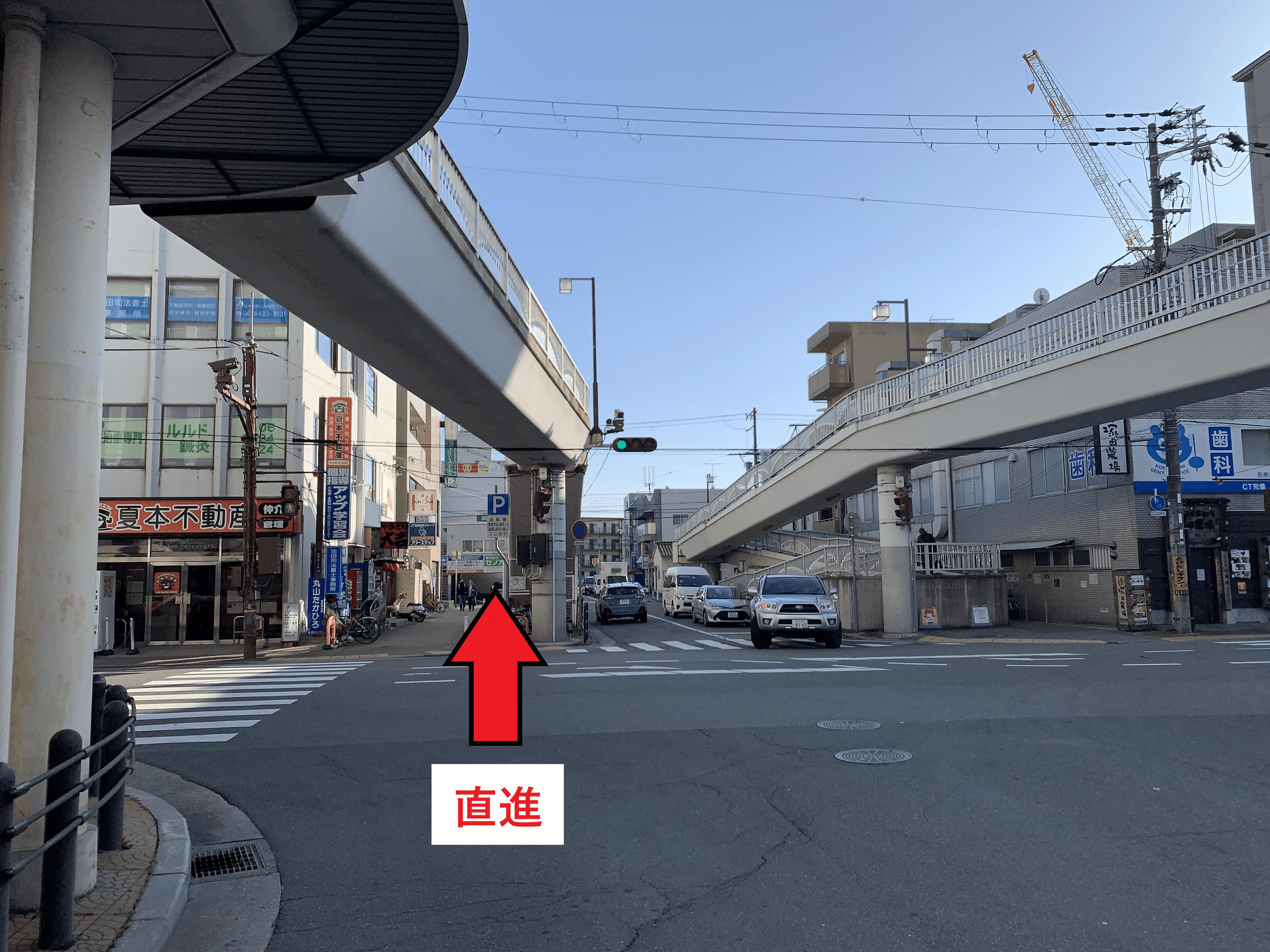 阪急塚口駅前交差点を直進