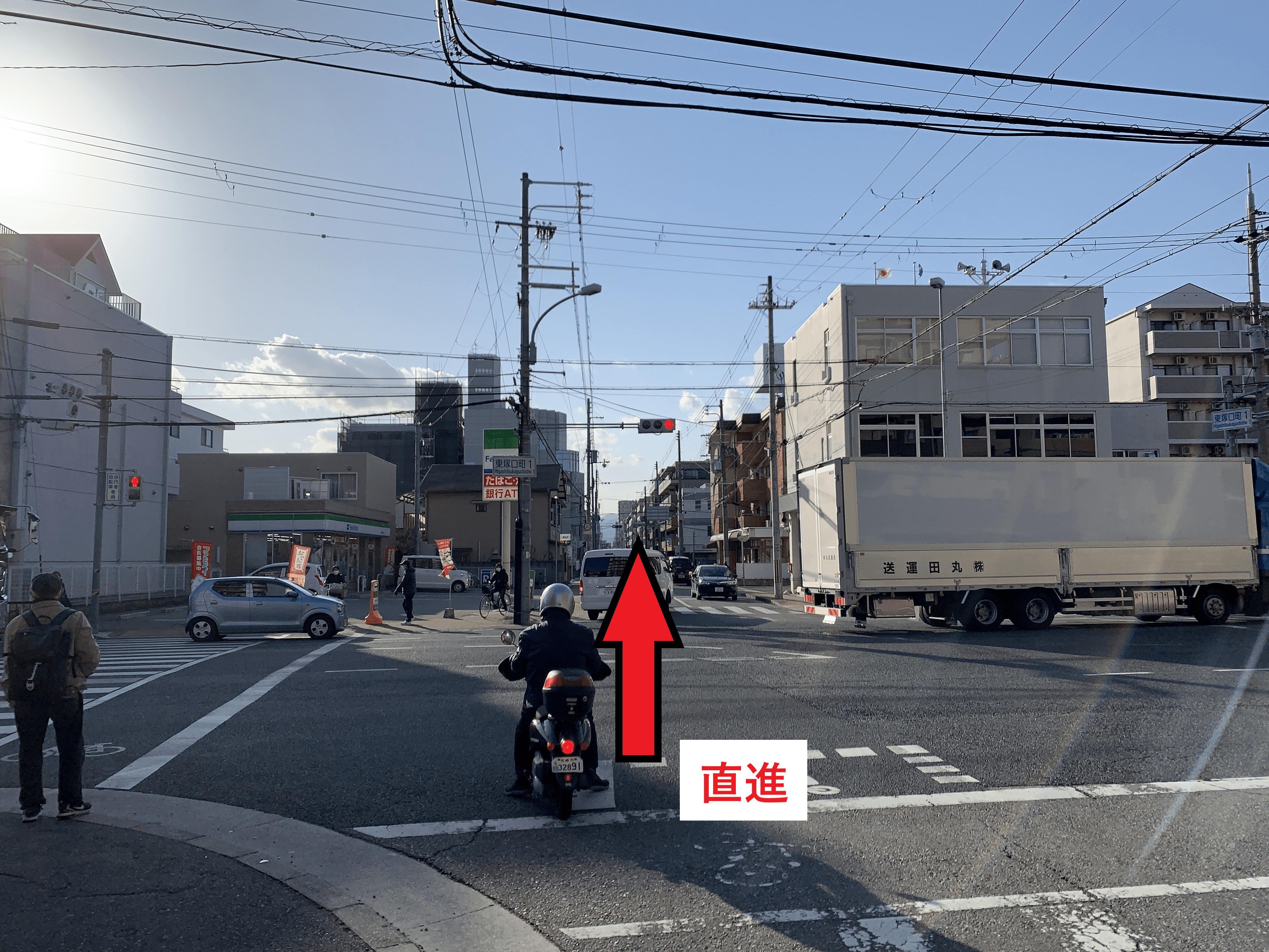 東塚口町1の交差点わたりをファミリーマート尼崎南塚口店を直進